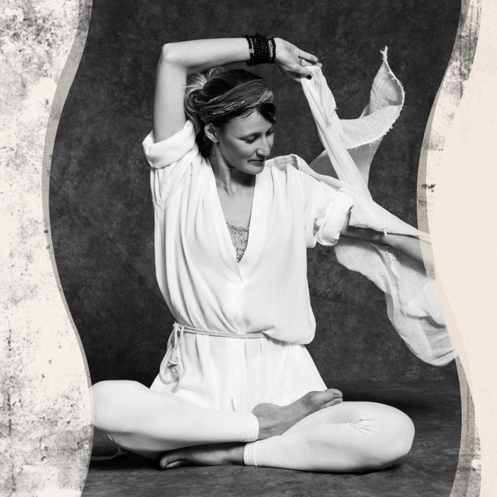 Adele Weiss certifiée par Yoga Alliance et le Kundalini Research Institute avec plus de 600h de formation cumulées.